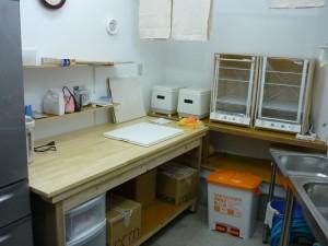 厨房の作業場を準備中
